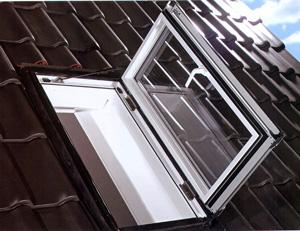 Tende abbaini apertura a battente uscita sul tetto for Finestra da tetto